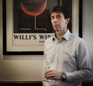Klassisen jäykkä ylähuuli kätkee hurmaavan ja huumorintajuisen herrasmiehen: Mark Williamson ja Cassandren kuvittama visuaalinen ilmaisu viinin iloista. Lasissa on condrieutä Grangierin tilalta.